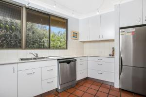 A kitchen or kitchenette at 8/110 Lighthouse Rd - Byron Breeze