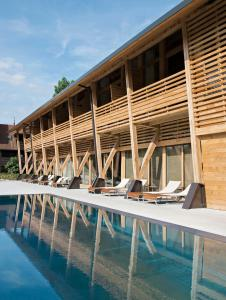 المسبح في Hotel des Berges, Restaurant Gastronomique & Spa أو بالجوار