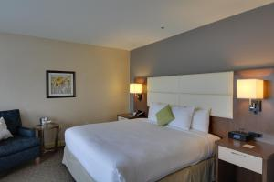 A bed or beds in a room at Doubletree by Hilton Hotel Williamsburg