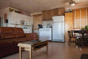 A kitchen or kitchenette at Bungalow in the Boulders