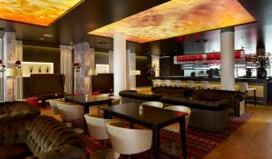 De lounge of bar bij Park Plaza Amsterdam Airport