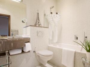 A bathroom at B Montmartre