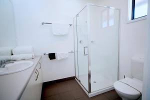 A bathroom at Deniliquin Golf Leisure Resort