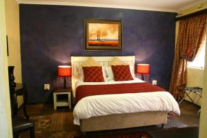 A bed or beds in a room at Casa Toscana Lodge