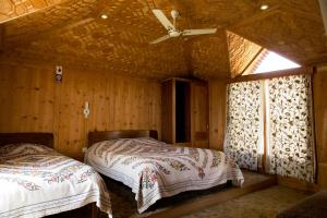 A bed or beds in a room at Fantasia Houseboats