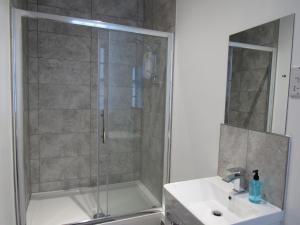 A bathroom at Pear Tree Inn