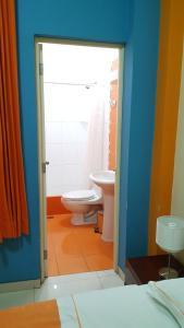 Salle de bains dans l'établissement Hotel Embajador