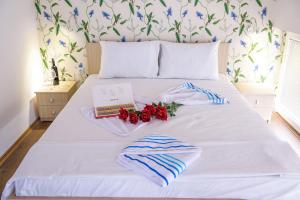 A bed or beds in a room at Hotel BellaVilla