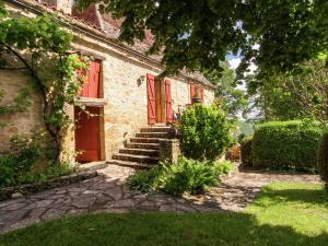 A garden outside Spacious Farmhouse with private garden in Saint-Cybranet