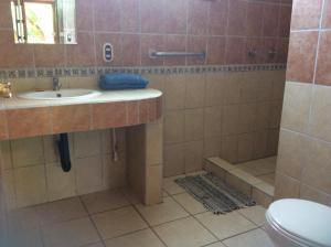 A bathroom at Hotel Cabinas Tropical