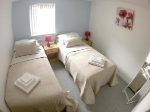 A bed or beds in a room at Phoenix House Apartments