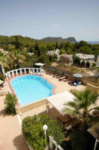 Ein Blick auf den Pool von der Unterkunft Hotel Club Can Jordi oder aus der Nähe