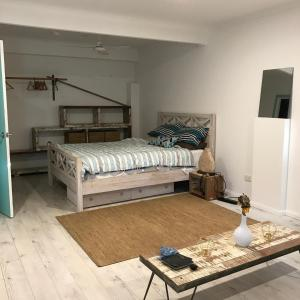 A bed or beds in a room at Bottlebrush Studio