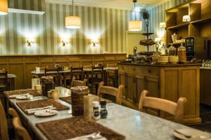 Een restaurant of ander eetgelegenheid bij Hotel De Limbourg