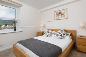 A bed or beds in a room at Balmoral Apartment