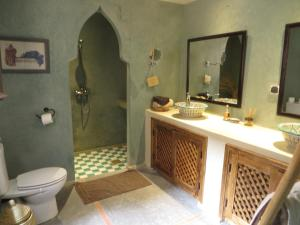 A bathroom at Maison d'Hôtes Kasbah Azul