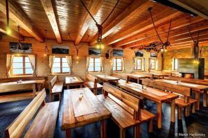 Reštaurácia alebo iné gastronomické zariadenie v ubytovaní Horská Chata pod Soliskom