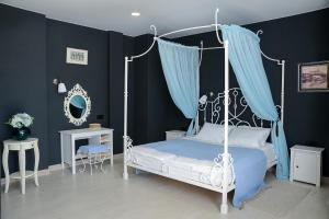 A bed or beds in a room at Boutique Hotel Musea Music and Time