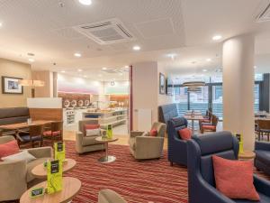 Ein Sitzbereich in der Unterkunft Hampton By Hilton Hamburg City Centre
