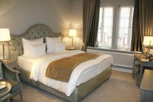 A bed or beds in a room at Romantik Hotel Zur Glocke