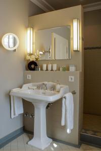 A bathroom at Romantik Hotel Zur Glocke