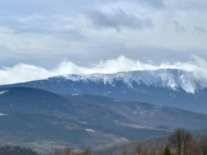 Widok na góry z tego domku alpejskiego