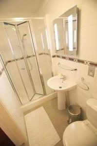 A bathroom at Gateway Hotel