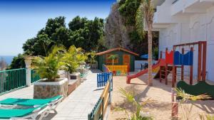 Uitzicht op het zwembad bij Apartamentos Monteparaiso of in de buurt