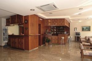 Een keuken of kitchenette bij Theonia Hotel