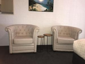 A seating area at Mollymook Paradise Haven Motel