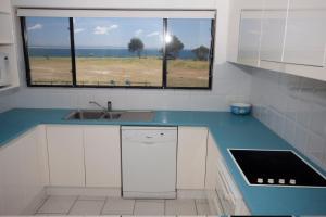 A kitchen or kitchenette at Hi Surf Unit 4, 92 Head St, Forster