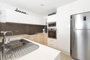 A kitchen or kitchenette at Waterline 202
