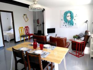 Un restaurante o sitio para comer en Ohana Apartamento Rural
