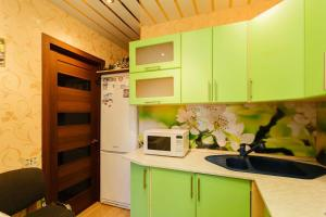 A kitchen or kitchenette at Business Brusnika Comfort Class Apartment Nagornaya