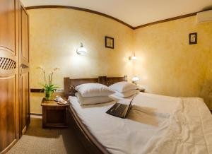 A bed or beds in a room at Pid Templem Hotel