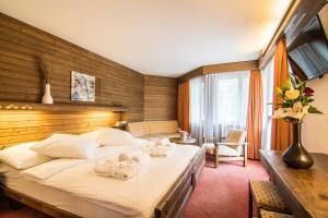 A bed or beds in a room at Hotel La Collina
