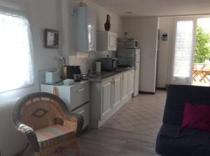 A kitchen or kitchenette at La Bulle