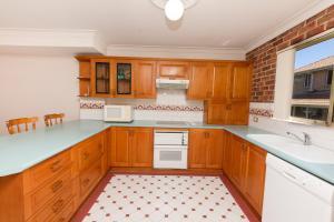 A kitchen or kitchenette at Birchgrove Terrace, Unit 3, Recreation Lane