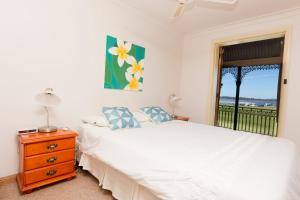 A bed or beds in a room at Birchgrove Terrace, Unit 3, Recreation Lane