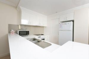 A kitchen or kitchenette at Whitesands, Unit 402, 34-38 North Street