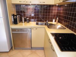 A kitchen or kitchenette at Gwydir Court 1