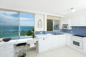 A kitchen or kitchenette at Beachpoint, Unit 501, 28 North Street