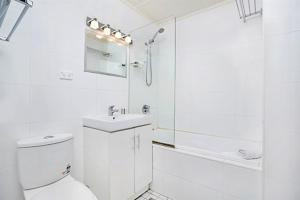 A bathroom at Apartment Bridge Street (CLIVE)