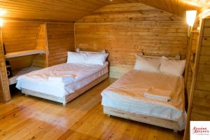 """A bed or beds in a room at Guest House """"Russkiy Dvorik"""""""