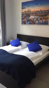 A bed or beds in a room at Main Hotel Frankfurt City Hauptbahnhof