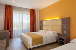 A bed or beds in a room at Hotel Bella Lazise