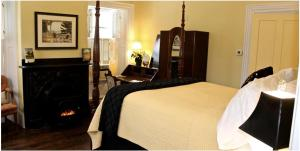 A bed or beds in a room at The Ardmore Bed and Breakfast