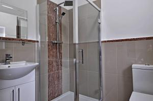 A bathroom at RBS Hotel