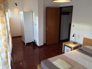 Uma televisão e/ou sistema de entretenimento em São Brás Apartment