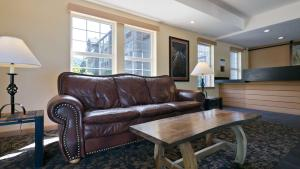 A seating area at Best Western Plus Columbia River Inn